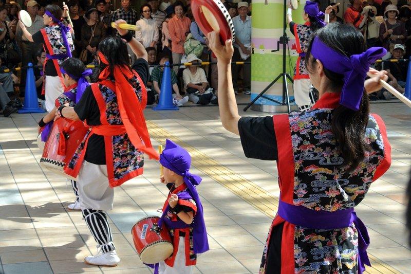 「市民広場」で行われたエイサーの演舞