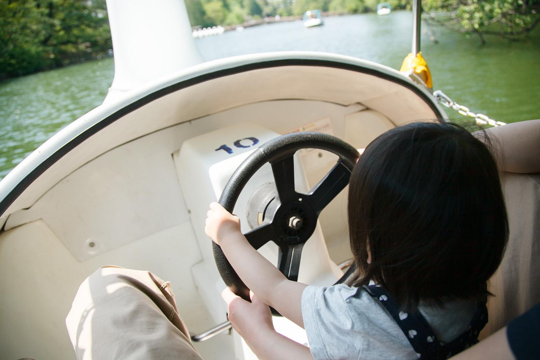 ハンドルは子どもでも届くので、パパママが漕いで子どもに運転させてあげるのがオススメです。ちなみに、ローボートは子どもは乗れないので注意。