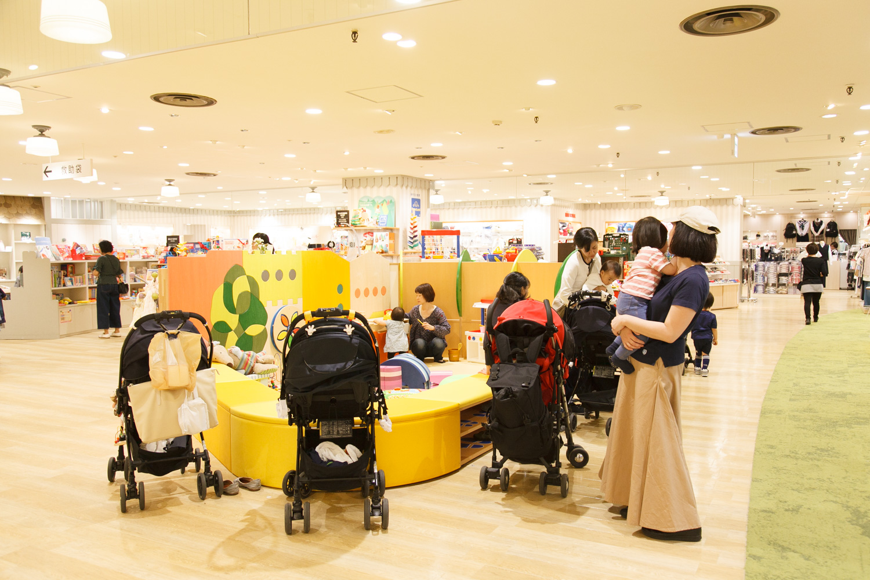 東急百貨店のキッズスペースのまわりには子ども向けショップが集まっています。