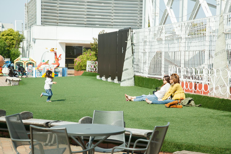 人工芝のスペースもあって、靴を脱いでくつろぐと、開放感があってとっても気持ちがいいんです!