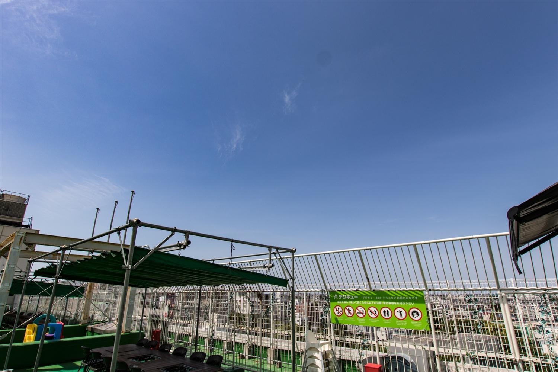 天気のいい日は青空が近くて気持ちがいいんです。天気が悪くなっても開閉式の屋根があるから安心。いつでも楽しめます。