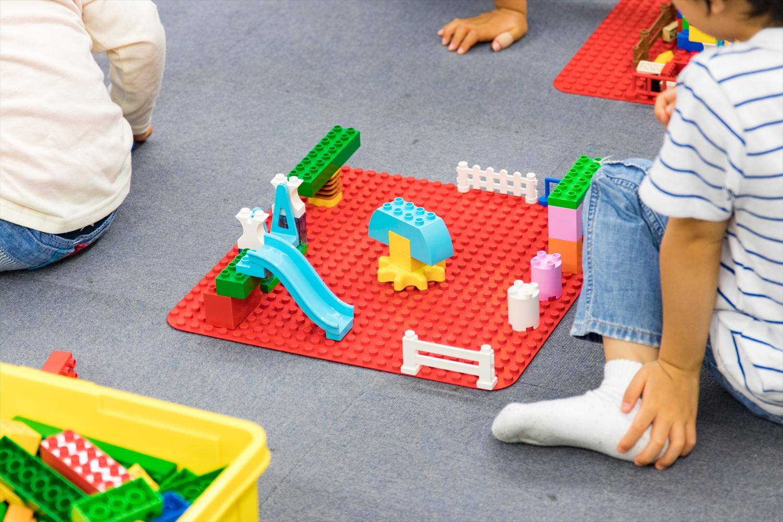 その日のテーマに沿って子どもたちは想像力を働かせます。できあがったブロック作品については、子どもがインストラクターや親に対して説明する時間を設けることで、伝える力も養うことができるそうです。