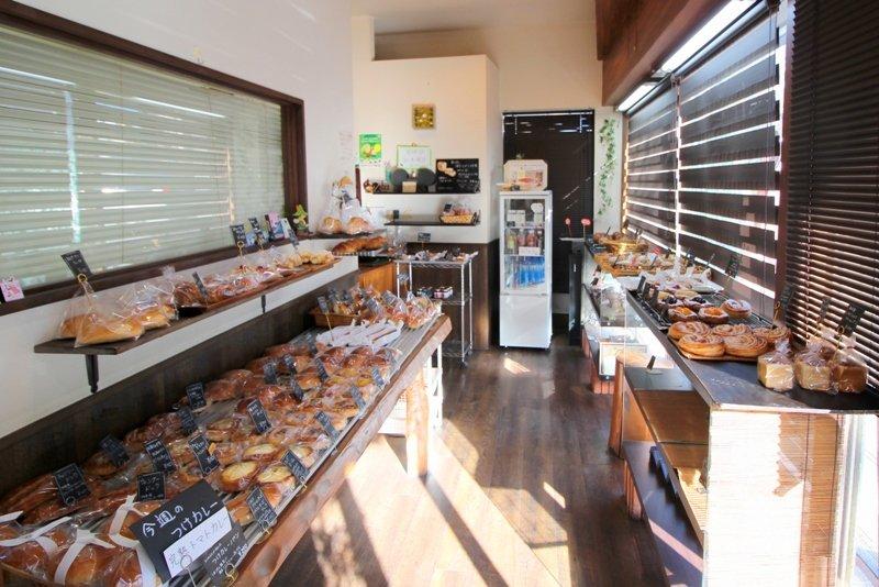 多種類のパンが所狭しと並ぶ店内