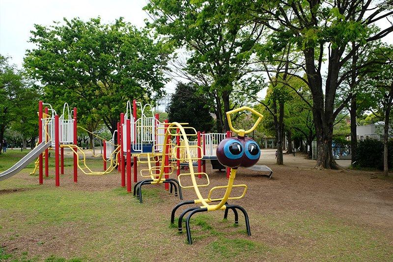 子どもに大人気のカラフルな遊具