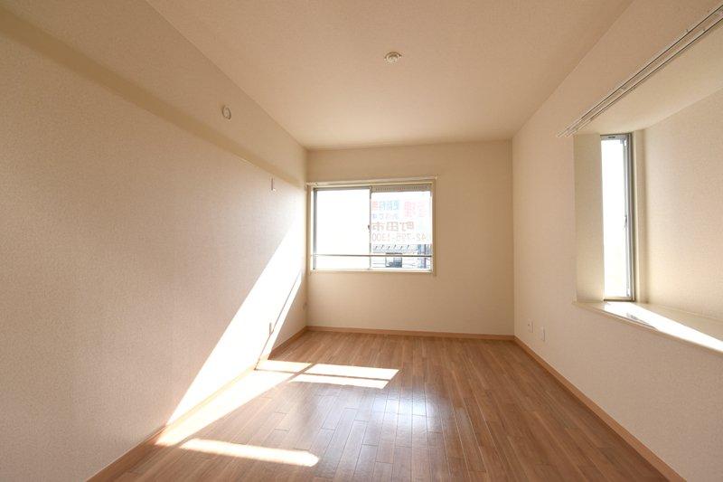 2階には3部屋ある。出窓もオシャレ