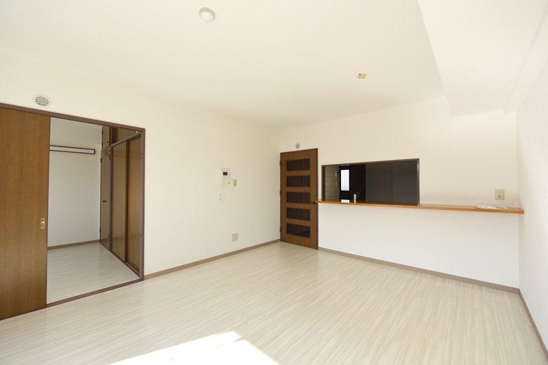 白基調の床やクロスで明るいリビング