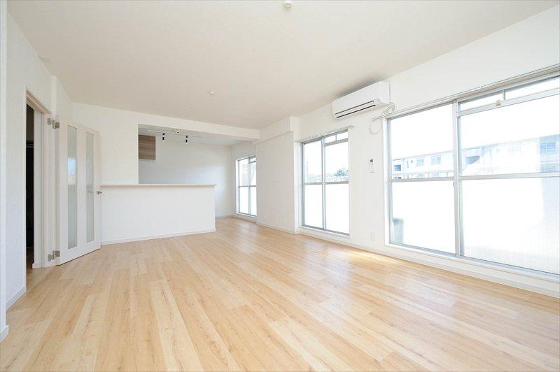 床材も淡い色合いで部屋全体が明るい