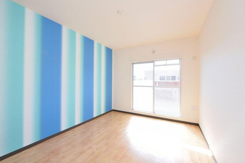 壁紙がアクセントカラーの洋室