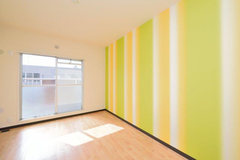 黄色と黄緑色を基調にした洋室