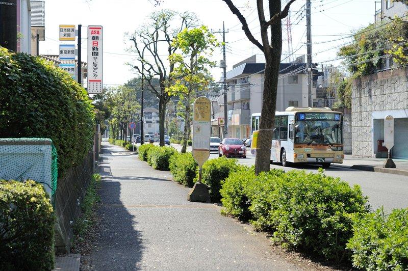 建物の眼の前にあるバス停