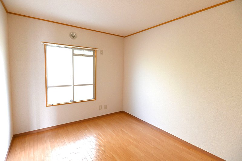 こちらも淡色系の6畳洋室