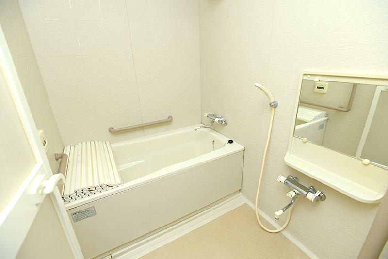 快適装備を完備した浴室