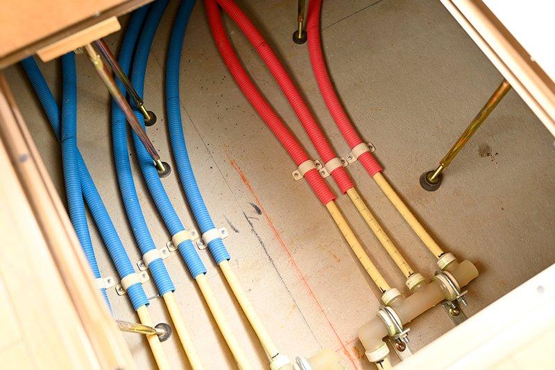 床下にある暖房の配管
