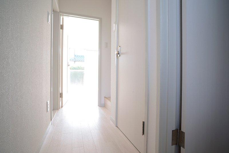 廊下もお部屋も白がベース