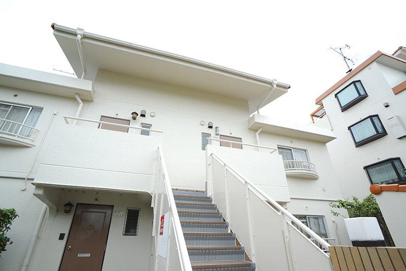白い壁とオレンジ屋根の3階建て