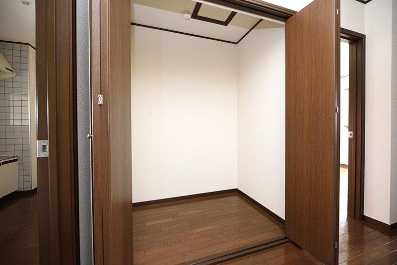 玄関を開けてすぐ目の前の納戸