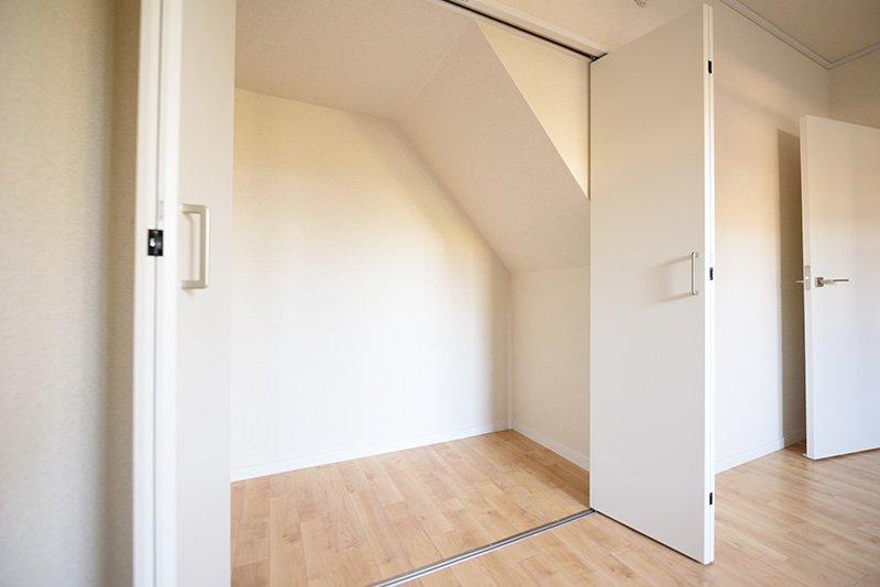 階段に沿った形のクローゼット