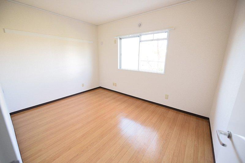 小さめながらも明るくて静かな2階洋室