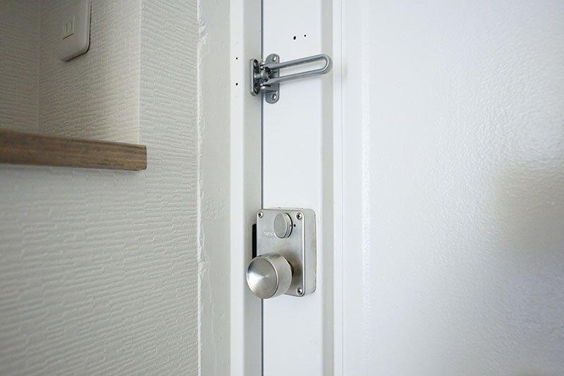 頑丈な鉄扉は昭和物件ならでは!
