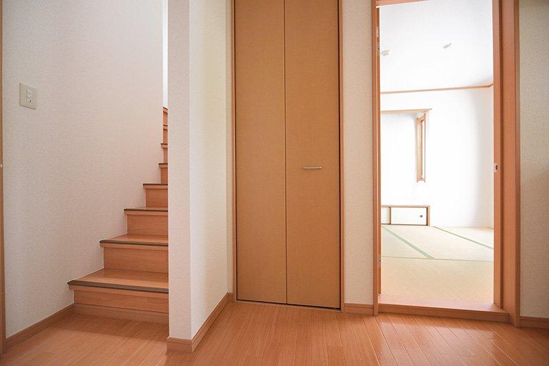 玄関を前にある和室と階段