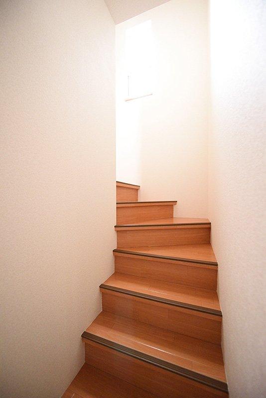 ゆるくカーブした階段