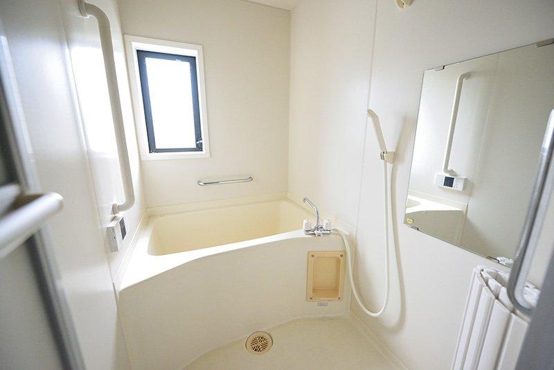 水栓は旧式でも清潔なバスルーム