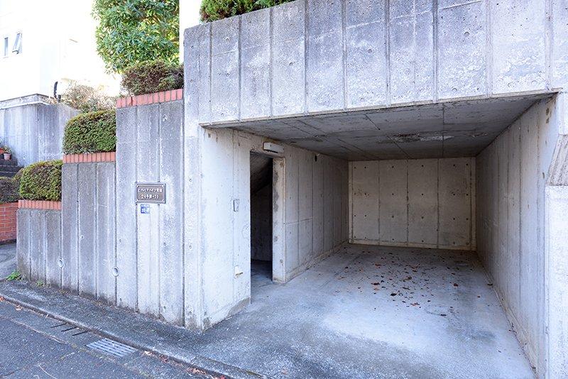 「ビクトリアハイツ24号棟」の外観、ガレージ