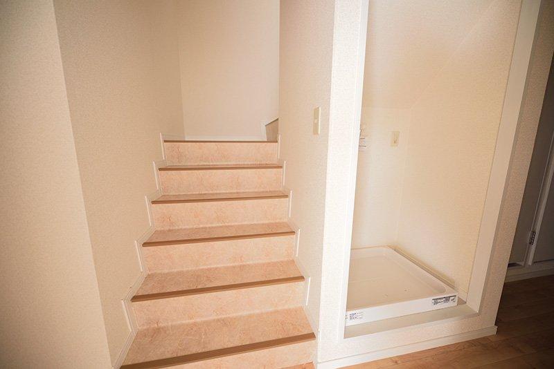 階段と洗濯機置場