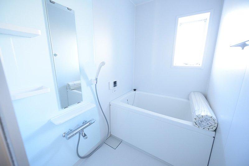 日差しが入る明るい浴室