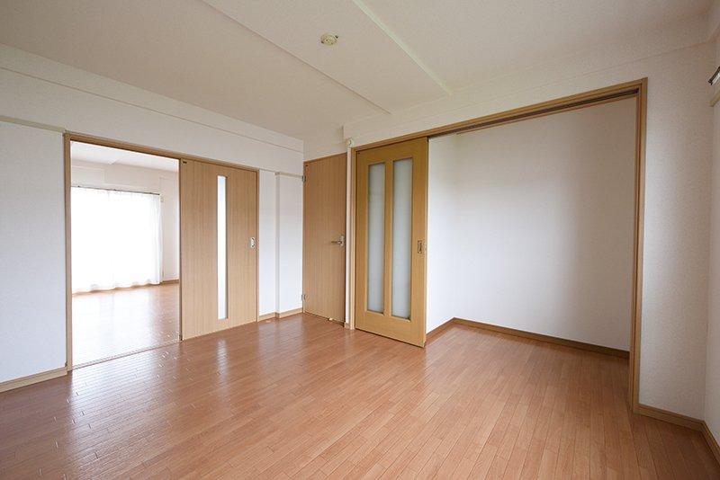 隣接する洋室からリビングを眺める
