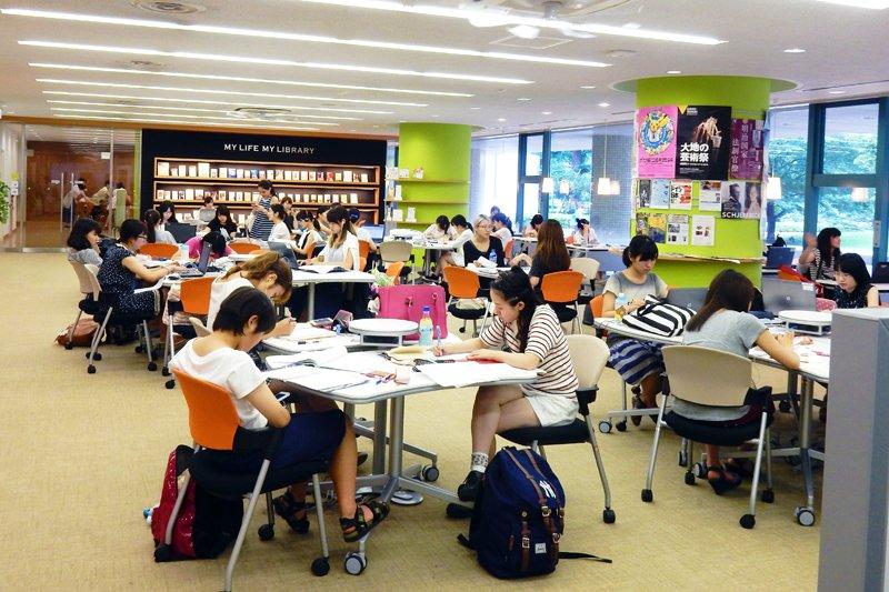 図書館で学習する学生たち