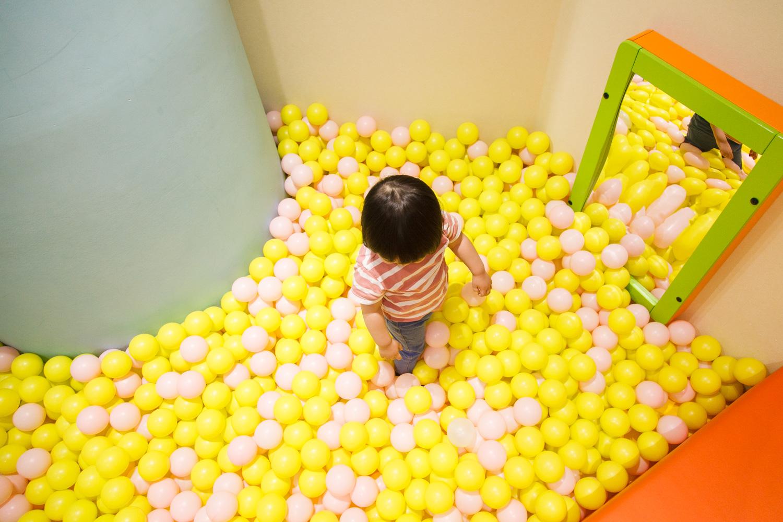 ボールの中に潜ってみたり、投げてみたり、遊び方は子ども次第。