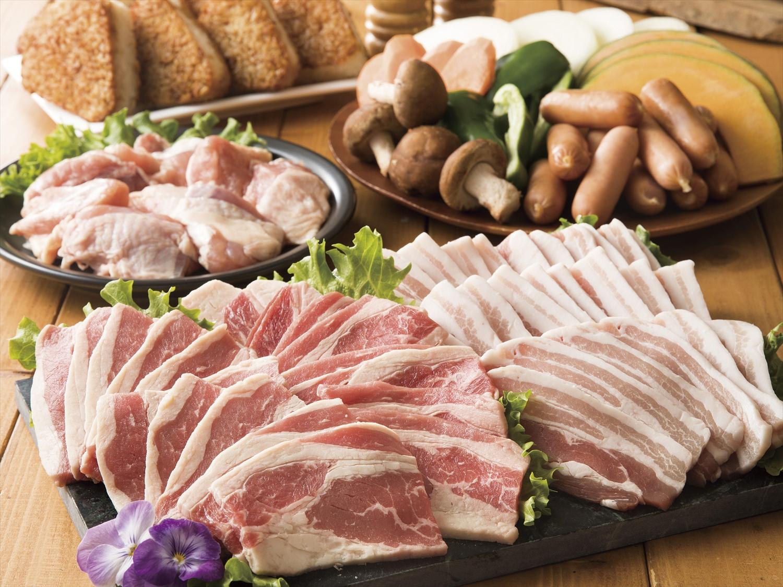 牛カルビに豚カルビ、鶏肉、シーフードまである豪華な「バラエティセット」が人気です。ウインナーやゼリーもついた「キッズセット」もあります。追加メニューも充実しているので、お腹一杯になること間違いありません。