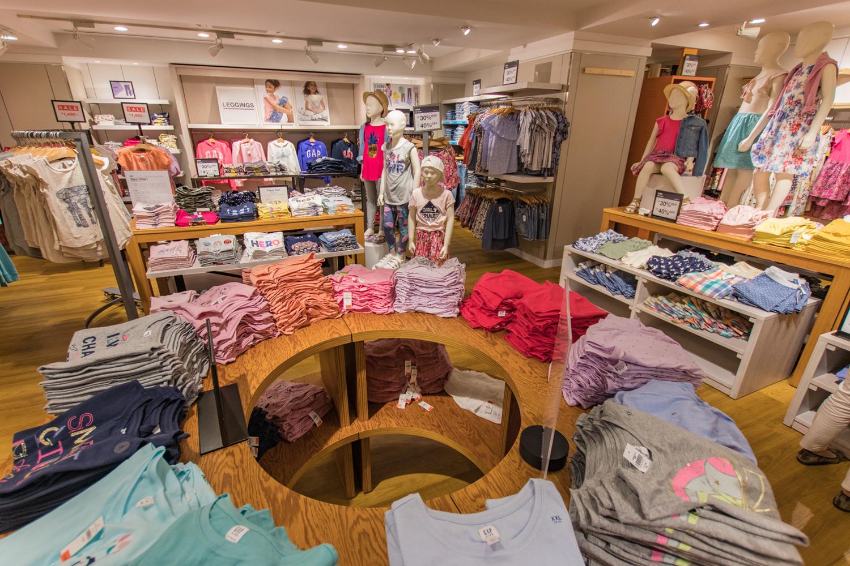 トップスからハーフパンツ、パーカーなどなど、お洒落で可愛い子供服がずらりと並ぶ空間に、子どもも親もワクワクさせられます。