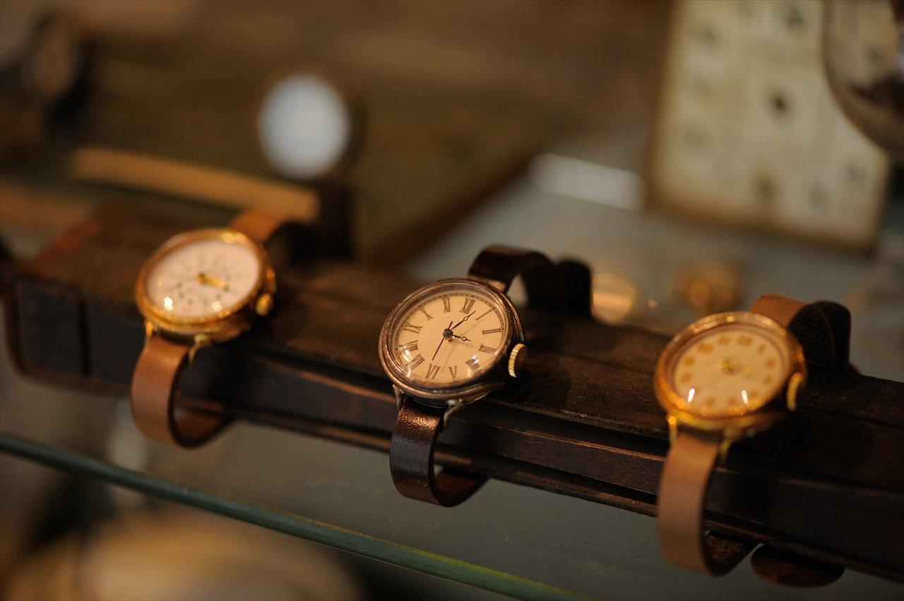 腕時計のベルトカラーと針はセミオーダーが可能。自分好みの「1点モノ」を仕立てることができる