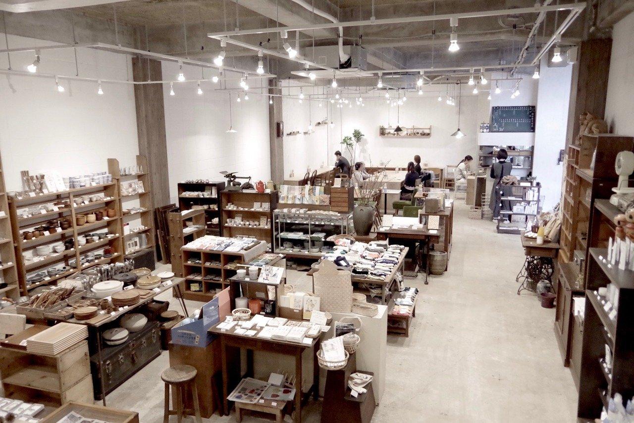 広々とした店内には古道具と日用品がズラリと並ぶ