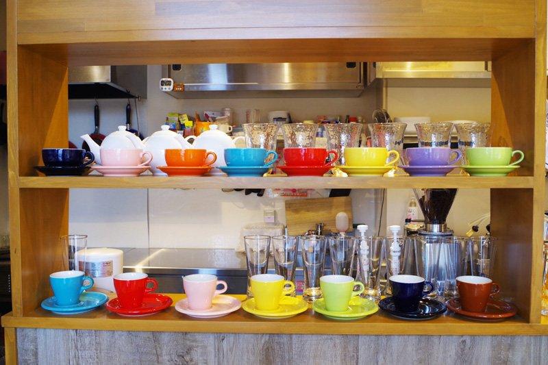 居心地のよい店内には、可愛いコーヒーカップや小物が並ぶ