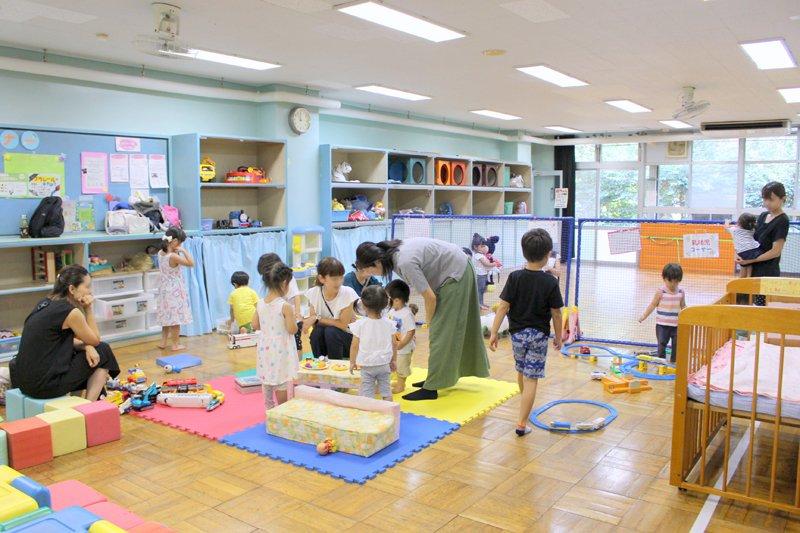 プレイルームで自由に遊ぶ子どもたち