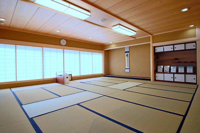 茶道部の生徒らが利用する、広々とした和室