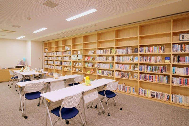 中学校所蔵の図書が並ぶ「学習室」