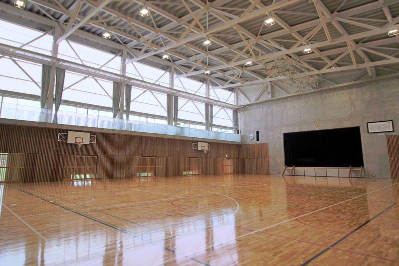 陽光を効果的に取り込める、冷暖房完備の明るい体育館