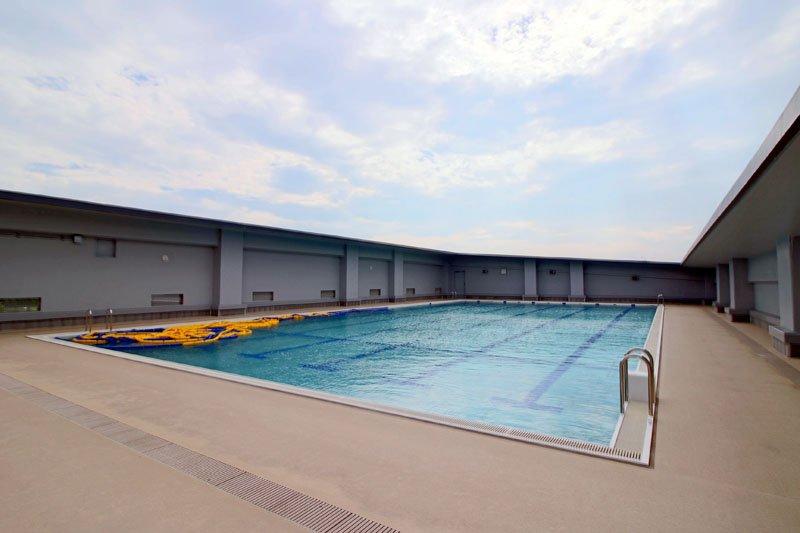 人目を気にせず泳げる屋上プール