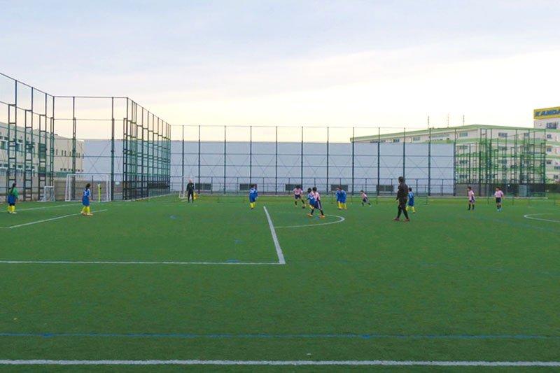 「浮間子どもスポーツ広場」でサッカーの試合中の少年たち