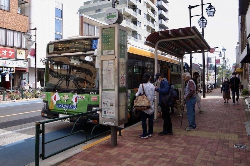「京葉交差点」バス停と「新小岩」駅行きのバス
