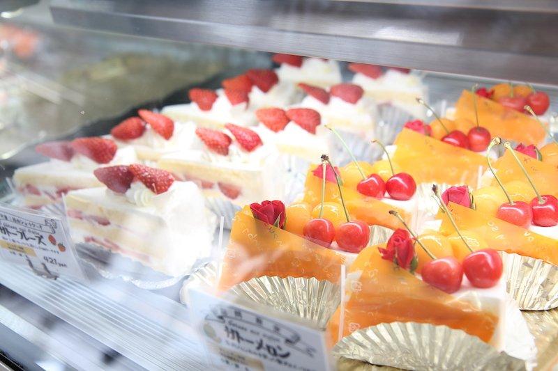 多彩なケーキがショーケースを彩る