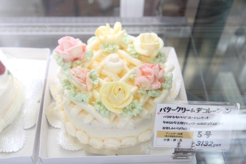 バタークリームを使ったデコレーションケーキ