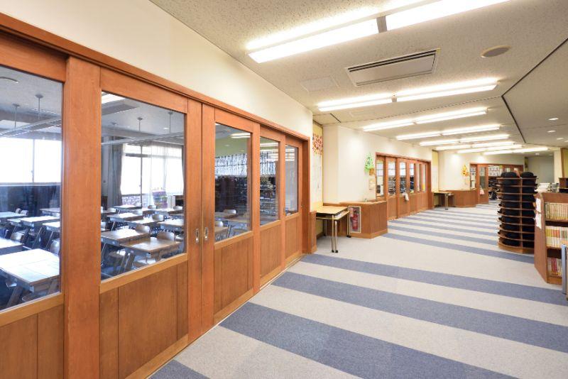 教室と廊下の境界となる開き戸は大きな窓が印象的