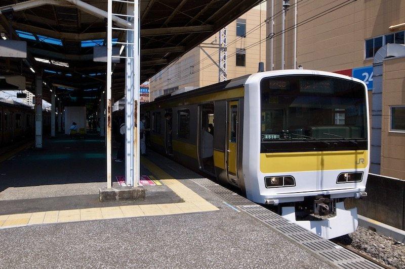 「新小岩」駅に停車するJR総武線車両