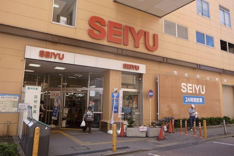 駅南口にあるスーパ-「西友 新小岩店」