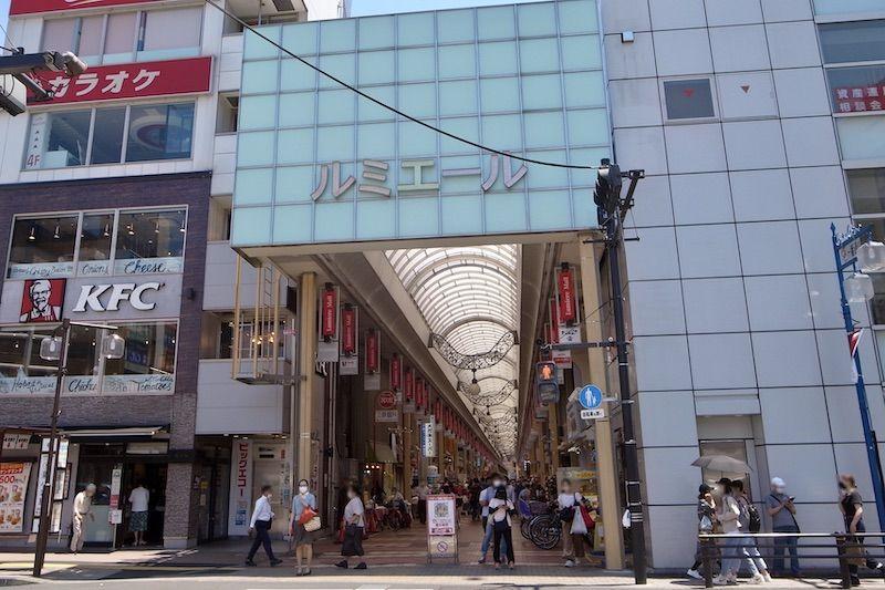 駅南口からのびる「新小岩ルミエール商店街」入口